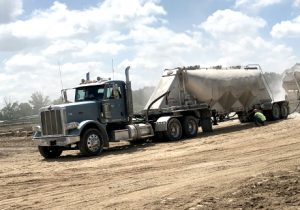 Pneumatic tanker transporting Quicklime or Calciment